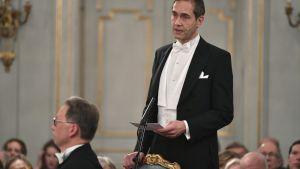 Mats Malm puhuu Ruotsin akatemian kokouksessa joulukuussa 2018.