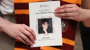 Toimittaja Lyra McKee haudattiin Belfastissa keskiviikkona. Hänen kumppaninsa oli pyytänyt hautajaisvieraita pukeutumaan Harry Potter -teemaan, koska McKee piti Harry Potterista. Kuvassa Rohkelikkojen huivi ja McKeen hautajaisohjelma.