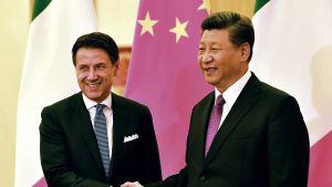 Italian pääministeri Giuseppe Conte ja Kiinan presidentti Xi Jinping kättelivät Pekingissä lauantaina. Italia on mukana Kiinan Yksi tie, Yksi vyöhyke -hankkeessa.