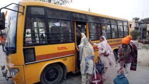 Pyhiinvaeltajat kiipesivät bussiin 12. huhtikuuta Amritsarissa. Kuvituskuvaa.