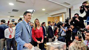 PSOE-puolueen Pedro Sanchez kävi äänestämässä vaimonsa kanssa Madridissa sunnuntaiaamuna 28. huhtikuuta.