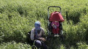 Jesidinainen ja hänen lapsensa kuvattuna pakolaisleirillä Eidoménin kylässä Kreikassa huhtikuussa 2016.