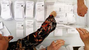 Vaalivirkailijat laskivat ääniä Navarrassa,.