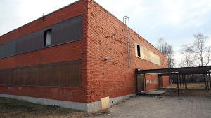 Pelastuslaitos joutui sahaamaan auki ikkunoiden suojaksi laitettuja peitelevyjä.