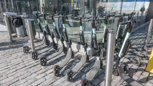Sähköpotkulautoja Hakaniemen metroaseman sisäänkäynnin vieressä.