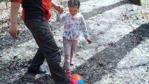isä ja tytär pelaavat jalkapalloa