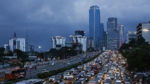 Kuvassa Jakartan liikennettä. Taustalla näkyy kaksi korkeampaa pilvenpiirtäjää.
