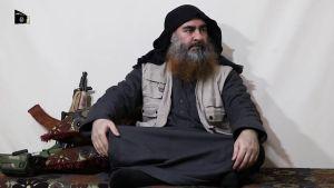 Kuvakaappaus videolta, jolla sanotaan esiintyvän Isisin johtaja Abu Bakr al-Baghdadin.