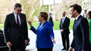 Angela Merkel ja Emmanuel Macron toivottavat Serbian presidentin Aleksandar Vučićin tervetulleeksi Berliniin Balkan-kokoukseen.