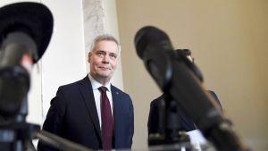 Hallitustunnustelija Antti Rinne mediatilaisuudessaan eduskunnan valtiosalissa vappuaattona