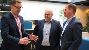 Akkutehtaan saaminen Saloon on monen osapuolen yhteistyön tulos. Salon kaupunginjohtajan Lauri Innan (vas) kanssa keskustelevat tehtaanjohtaja Esa Saarinen ja IoT Campuksen toimitusjohtaja Jukka Vakula (oik).
