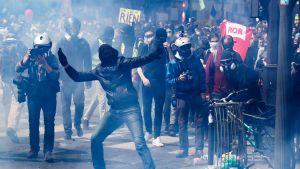 Mustan blokin aktivistit protestoivat Pariisin kaduilla vappupäivänä.