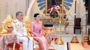 Kuningas Maha Vajiralongkorn eli  Rama X ja kuningatar Suthida.