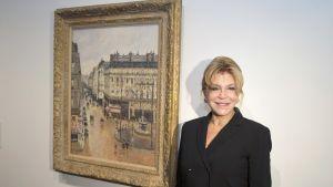 Carmen Thyssen poseerasi Camille Pissarrosin Rue Saint-Honore in the Afternoon -teoksen vieressä näyttelyssä Barcelonassa vuonna 2013.