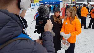 Sara Tuisku (oikealla) ja Jaana Pelkonen vaalivideon kuvauksissa Rovaniemen Lordin aukiolla 16.3.2019.