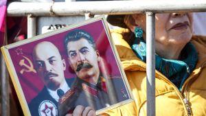 naisella Stalinin ja Leninin kuvat , Venäjän kommunistisen puolueen mielenosoitus Moskovassa 1. toukokuuta.