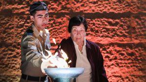 Holokaustista selvinnyt Fanny Ben-Ami sytytti soihdun holokaustin uhrien muistolle Jerusalemissa.