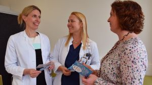 Vastuulääkärit Katja Kero ja Rauni Klami sekä kätilö, seksuaalineuvoja Jenni Rautio iloitsevat palvelut kokoavan Seri-tukikeskuksen saamisesta Tyksiin.