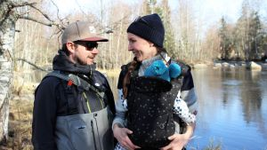 Antti Takaniemi, Veera Viitanen ja perheen kuopus Läsäkosken rannalla