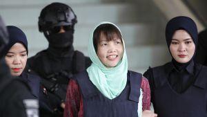 MAlesialaiset poliisit taluttavat Doan Thi Huongia.
