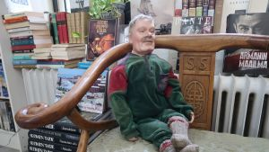 Lasse-nukke istuu antikvariaatissa