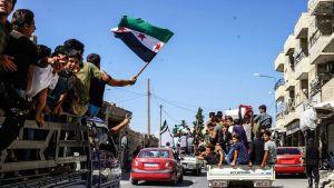 Ihmiset juhlivat Syyrian vallankumousta Kafr Nablin kaupungissa Idlibin alueella.