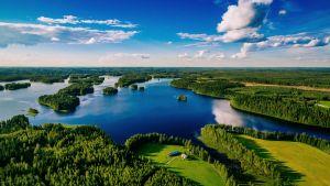 suomalainen järvimaisema ilmasta kuvattuna