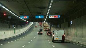 Autoja tunnelissa.