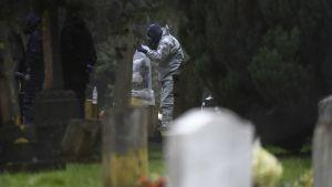 Tässä kuvassa tutkitaan Salisburyn hautausmaata maaliskuussa 2018. Tutkimus liittyi ex-kaksoisagentti Sergei Skripalin myrkytykseen, ei yleiseen ruumiiden tutkimiseen.