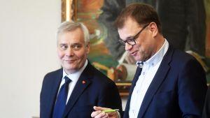 SDP:n puheenjohtaja Antti Rinne ja keskustan puheenjohtaja, toimitusministeristön pääministeri Juha Sipilä.