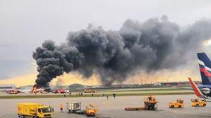 Aeroflotin Suhoi Superjet -tyyppinen kone paloi rajusti Moskovan Sheremetjevon lentoaseman kiitotiellä.