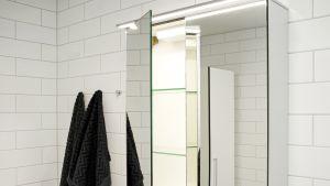 Saton kylpyhuonekalustesarja on tehty vettä kestävästä massiivilaminaatista.