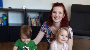 Henna Rantala lastensa Laurin ja Liljan kanssa.