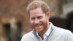 Onnellisen näköisenä hymyillyt prinssi Harry puhui toimittajille 6. toukokuuta.
