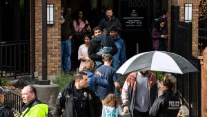 Oppilaita evakuoitiin Highlands Ranchin koulusta. Kahdeksan oppilasta haavoittui, kun kaksi koulun opiskelijaa avasi tulen tiistaina iltapäivällä.