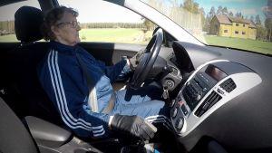 Tuovi Niemelä ajaa autolla
