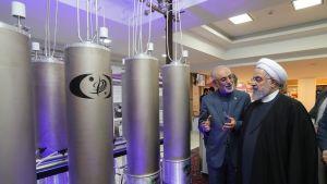 Kuvassa Iranin presidentti Hassan Ruhani tutustumassa ydinteknologiaan Teheranissa huhtikuussa.