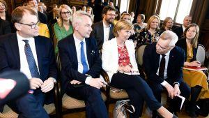 Puheenjohtajat Juha Sipilä (kesk.), Pekka Haavisto (vihr.), Anna-Maja Henriksson (rkp), hallitustunnustelija Antti Rinne (sdp) ja puheenjohtaja Li Andersson (vas.) hallitusneuvotteluissa, jotka alkoivat Säätytalossa 8. toukokuuta