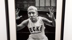 Eminemin valokuva Pohjois-Karjalan museon näyttelyssä.