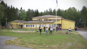 Lapsia leikkii koulun pihalla.