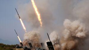 Pohjois-Korean virallisen uutistoimiston KCNA:n kuva toukokuun 5. päivältä näyttää Pohjois-Korean aseharjoituksia.