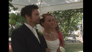 Janne ja Hertta Erkkilä menivät naimisiin kotipihan omenapuun alla,