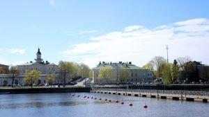 Porin kaupunki Kokemäenjoen rannalla ja kävelysilta joen yli.