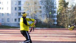 SiiPen pelaaja lyöntivuorossa Siilinjärven Mantun pesäpallokentällä.