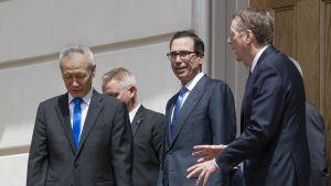Kiinan varapääministeri Liu He (vas.) hyvästeli valtiovarainministeri Steven Mnuchinin ja Yhdysvaltain kauppaedustajan Robert Lighthizerin keskustelujen päätteeksi perjantaina.