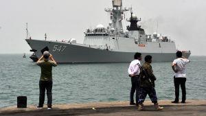 Jemeniläiset katsovat kiinalaisen aluksen tuloa.