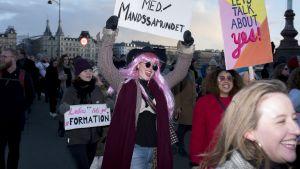 Mielenosoittajia naistenpäivänä Kööpenhaminassa.