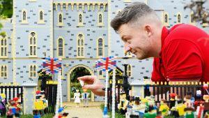 Legolandin mallinrakentaja Elliot Ayton-Smith asettelee Archie-hahmoa Windsorin linnan edustalle.