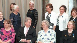 Palkittu äiti Helena Nordberg ja presidentti Sauli Niinistö keskustelivat yhteiskuvauksen jälkeen Mannerheimin Lastensuojeluliiton valtakunnallisessa äitienpäiväjuhlassa