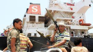 Aseistettuja huthi-kapinallisia Saleefin satamassa Hodeidassa.